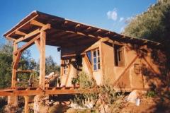 Cabane en bois et terre.